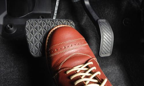 Cách sử dụng phanh đúng và an toàn trên xe số sàn và số tự động