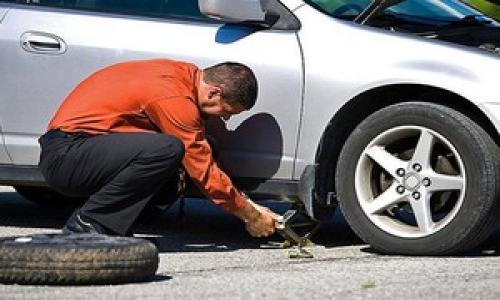 Ô tô bị xịt lốp trên đường và cách sử lý