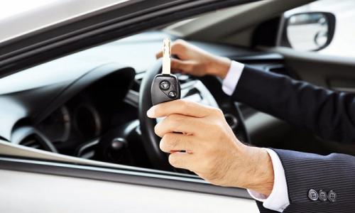 Nên thuê xe tự lái hay có tài xế? Địa điểm thuê xe uy tín