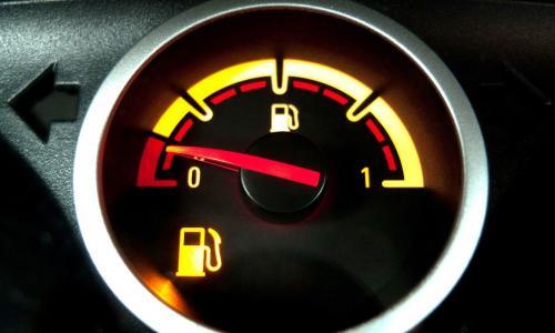 Xe ô tô sẽ đi được bao xa khi sắp hết nhiên liệu?